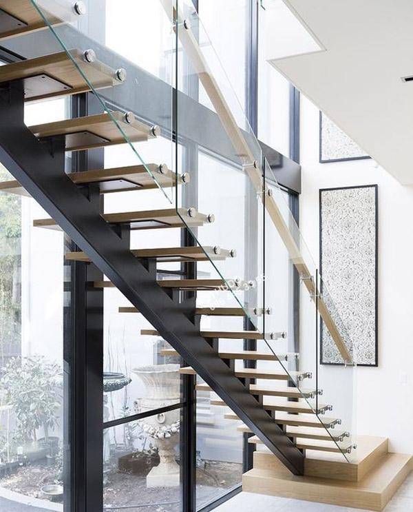 Cầu thang sắt kết hợp kín cường lực và tay vịnh gỗ