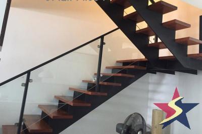 Cầu thang sắt hộp bậc gỗ kết hợp lan can kính