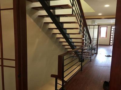 Cầu thang sắt tay vịnh gỗ